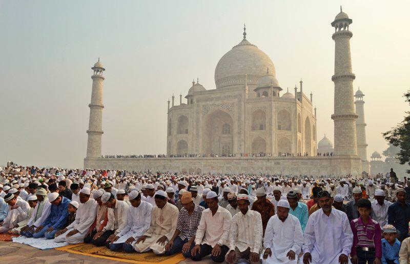 мусульмане молятся вместе
